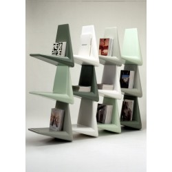 Etagère de bureau composée de livres.
