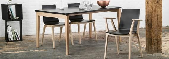 Chaises en bois empilables, mobilier de collectivité