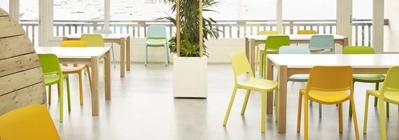 Chaises en polypropylène, mobilier de collectivité