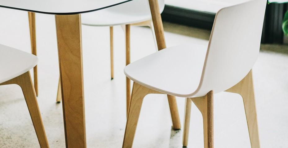 Chaise en bois pour espace de restauration