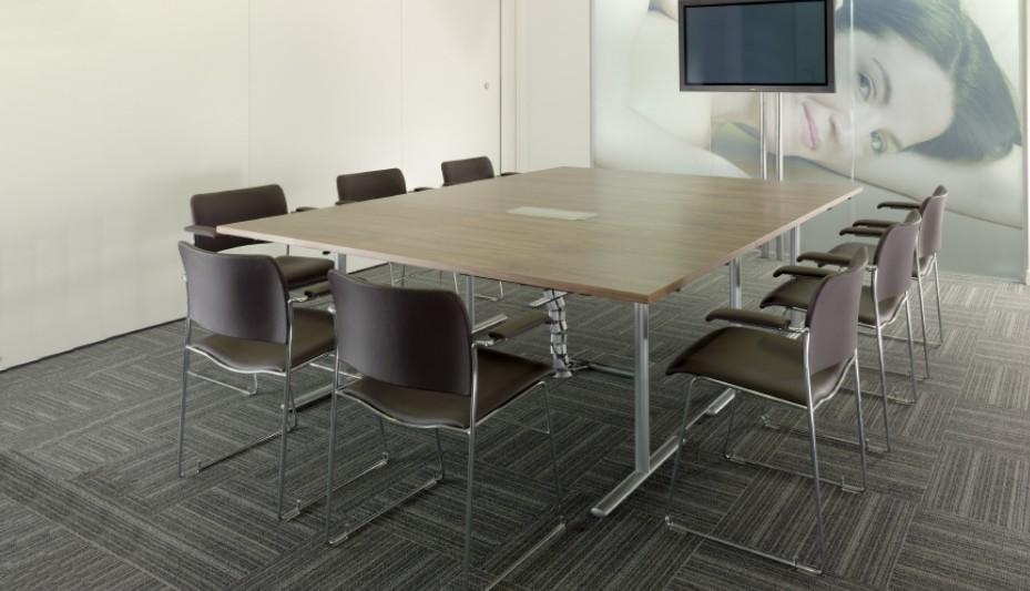 Facile à positionner pour lui donner la bonne disposition pour votre meeting, la table tempest de chez howe sera un atout dans votre organisation