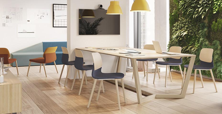 Salle de réunion avec chaises pieds bois et assise tapissé
