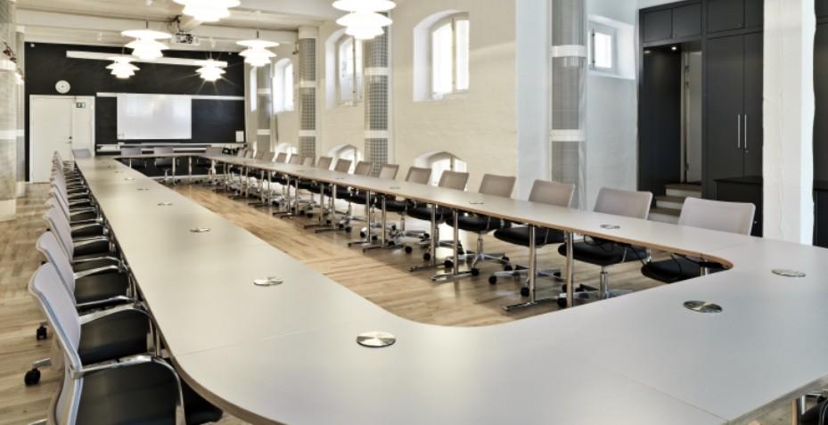 Créez facilement une grande salle de conférence grâce à une table modulable à plateau abattant